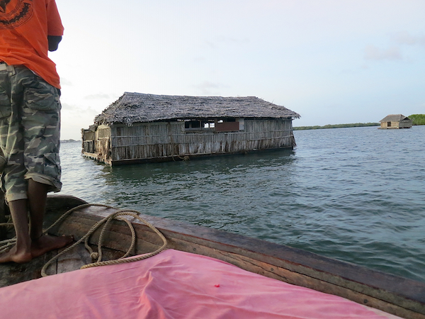 Floating Restaurant: Tusker-Tankstelle im Kanal zwischen Manda und Lamu