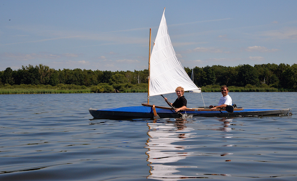 Ein Segel am Faltboot: ziemlich unpraktisch, vor allem bei Flaute.
