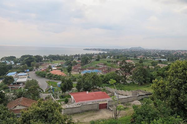 Blick auf Gisenyi/Rubavu; im Hintergrund die kongolesische Großstadt Goma.
