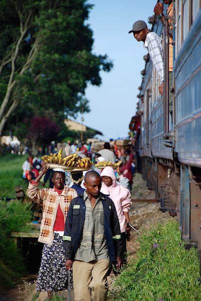 Halt in Makambako. Anders als am Bahnhof von Dar es Salaam dürfen hier Händler wieder an den Zug kommen.