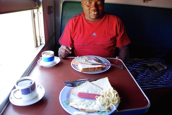 Frühstück am offenen Fenster.